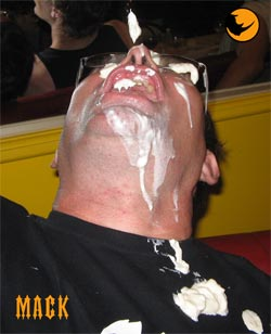 MACK victime d�une �jaculation faciale (faut dire qu�on a pas touch� une gonzesse depuis des lustres)