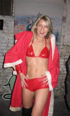 La Mère Noël : dommage que ce soit son gros con de mari qui passe par la cheminée, personnellement j'y mettrait bien un coup de ramonage