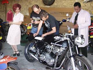 Baloo, Kruel, et le personnel du R&D Motorhino Corp. au travail sur la Krueltrambermobile