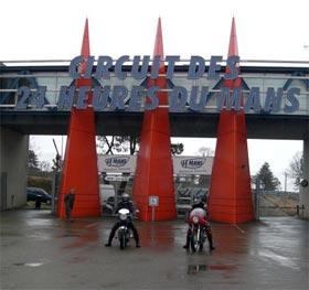 Kruel et Hugo devant l'entrée du circuit du Mans
